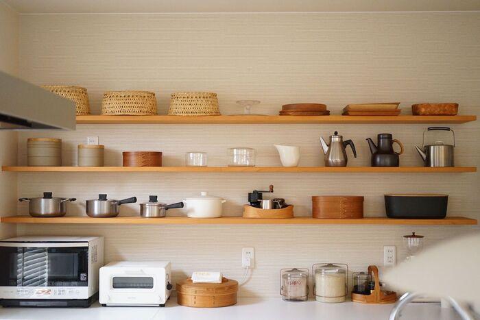 お気に入りの道具を棚に並べれば、気分が上がるおしゃれなキッチンに。見える場所に置いておくことで、サッと使えて実用的◎余白を意識することで、雑多にならずすっきりと見せることができます。