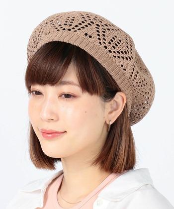 ニットと聞くと秋冬素材?と思いがちですがサマーニットといって春夏素材のニットベレー帽もたくさんあります。 クロッシェ編みなど透かしのデザインがあるものは、見た目も涼しげで夏にもかぶりやすいです。