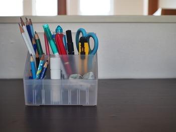 使用頻度が多い筆記用具やハサミなどの収納には、「ペン立て」の活用がおすすめ◎ よく使うアイテムを厳選して、あえてデスク上に出したまま収納するスタイルです。  筆記用具は筆入れや袖机に収納することもできますが、いちいち開け閉めするのはちょっと面倒…。 そんなときは、出しっぱなしで片付く収納がぴったりです♪