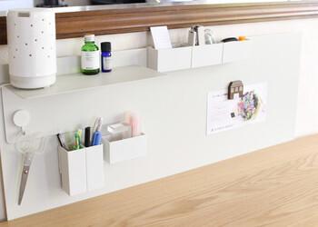 作業スペースをできるだけ広くしたい場合は、壁面収納を上手く活用してみましょう。  パネルに引っかけられる小物入れやフックを取り付ければ、筆記用具や小物を浮かせて収納することができます。掃除がしやすく、きれいなデスクを保てるのも魅力です。  ただし、棚を設置する際は、耐荷重に気をつけながら収納するようにしましょう。