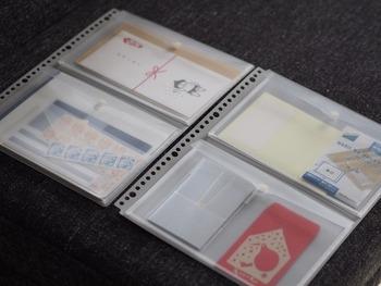 形がバラバラなアイテムは、デスク周りのごちゃ付きの原因の1つ。細々したアイテムをすっきり収納するなら、「ファスナー付きポケット」を活用してみましょう。  ファスナー付きなら、バックに入れて持ち歩いても小物が散乱せず、いつでもスマートに出し入れできます。  マチ付きタイプなので、切手・通帳・カード・小袋など、形がバラバラなアイテムや多少厚みのあるものを収納できます。