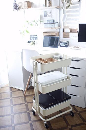 キッチンワゴンは、デスク周りでも重宝する収納グッズです。キャスター付きで移動も楽々、必要なときだけデスク周辺に引き寄せて使うことができます。  ノートパソコンを収納したり、ボックスを組み合わせて書類や小物を収納したり、アイディア次第でオリジナルの収納スペースに変身♪  空間や好みに合わせて、お気に入りのワゴンを選びましょう。