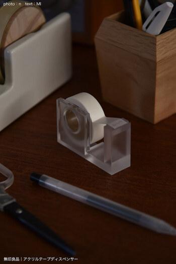 軽くて丈夫な「アクリルテープディスペンサー セロハンテープ・小用」。マスキングテープも合うサイズなのが嬉しいところ。半透明のアクリル製で、置いておくだけでもサマになります。