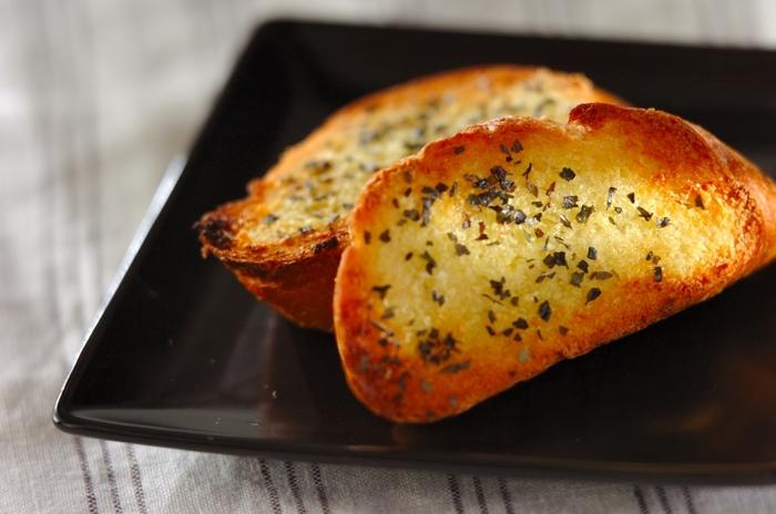 バゲットに香りを付けてトーストするおしゃれなレシピです。肉料理など洋風のメインの付け合わせに添えれば、ボリュームも加わって食べ応えあり♪すりおろしニンニクやオリーブオイル、バジルなどを使いますが、ハーブはお好みでアレンジしても良いでしょう。塗ってトーストするだけなので簡単です♪