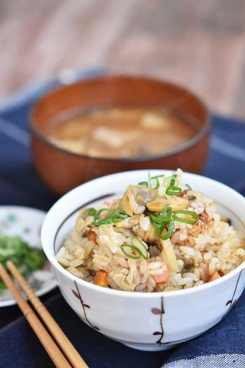 あさりの炊き込みご飯はむき身でもおいしくできますよ。先にあさりを煮てその煮汁を使うので、うまみもバッチリ。おにぎりにして冷凍しておけば、いつでも食べられます。