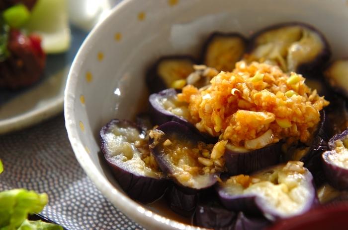 レンジで加熱した柔らかいなすに、ネギのシャキシャキ感がアクセントになった香味ダレがマッチ!短時間で作れるお手軽副菜です。暑い時期はよく冷やして食べると美味しいですよ。