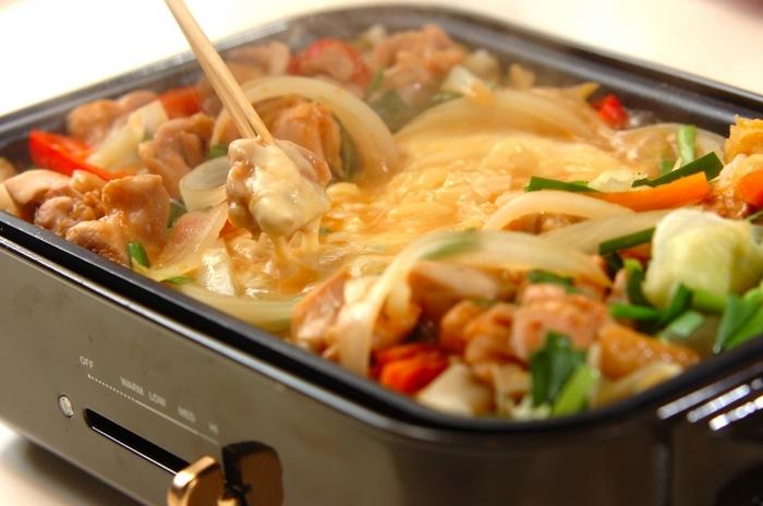 甘辛く味付けした鶏肉や野菜に、とろーりチーズがベストマッチ!チーズが伸びる様子はテンションが上がりますよね♪シメにご飯を入れて炒めるのもおすすめ。