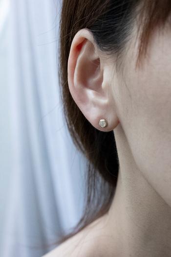 熱処理などを加えないナチュラルダイヤモンドは、煌びやかなカッティングされたダイヤモンドとはまた違った魅力があります。毎日気負わず身に着けられる、そんな日々に寄り添うジュエリーです。