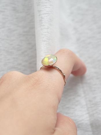 七色に輝くオパールを指にちょこんと乗せて、いつまでも眺めていたくなるリング。乳白色の中にひそむ複雑な煌めきで、指先を華やかに見せてくれます。