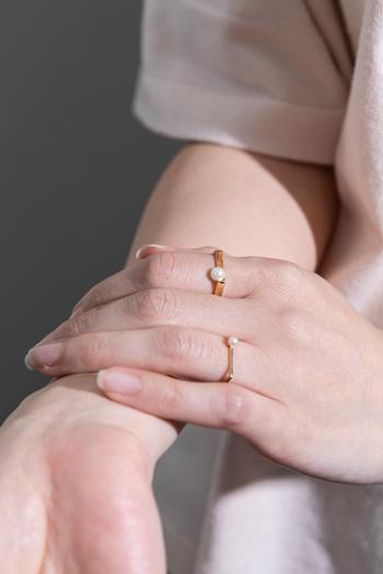 パールとゴールドの組み合わせは、とっても女性らしい雰囲気。ほどよいサイズの一粒パールで、さらに指を華奢に見せてくれます。