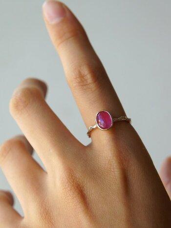 誰もが一度は憧れる「ルビーの指輪」。どこか深みのあるピンクレッドは、ガーリーな雰囲気に奥行きを与えてくれます。フェミニン派さんのコーデを格上げしてくれるジュエリーです。
