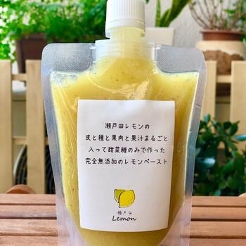 レモンザムライの「瀬戸田レモンペースト」は、酸っぱいもの好きにぴったり。広島・瀬戸田産のレモンと北海道テン菜糖だけで作った完全無添加。ドレッシングやディップにすると、生レモンそのもののような爽やかなテイストです。炭酸と割ってレモネードにするのもおすすめ。