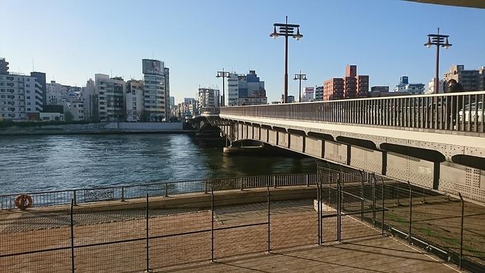 両国川から向こうに渡ると東日本橋。芥川龍之介も橋のたもとから川を眺めていたのかも知れません。ゆったりと流れる川に歴史を感じながら、橋を渡ってみるのもおすすめですよ。