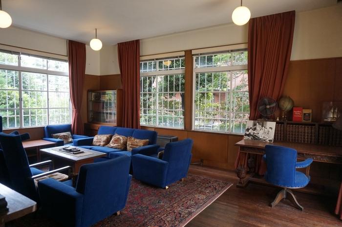 青い布張りのソファが重厚な雰囲気の応接間。邸宅には江戸川乱歩が使用していたデスクなども残されています。数々の推理小説がここで生まれたのかも知れませんね。