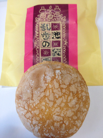 「乱歩の蔵」は江戸川乱歩の邸宅にある土蔵をイメージしたブッセです。ふんわり甘い生地の間には、チーズバターと杏ジャムの2種類がサンドされていますよ。