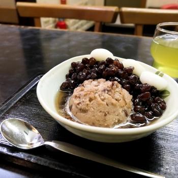 みつばちの小倉アイスの材料は、小豆と砂糖、塩、水だけ。乳脂肪を使っていないのでヘルシーなんですよ。単品の小倉アイス以外にも、鹿の子やあんみつなど小倉アイスをトッピングした甘味がおすすめです。