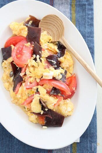 きくらげのコリッとした食感、卵のふわふわ感、トマトの程よい酸味を楽しめる炒め物レシピ。10分程度で完成するのも嬉しいですね。  トマトと卵にきくらげを加えると、見た目が引き締まって見栄えがよくなります。冷蔵庫に余ったきのこ類をプラスしても、美味しくいただけそうです。