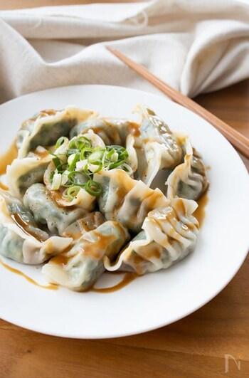 お肉よりも小松菜の方が多い、ヘルシーな具材でのレシピです。甘めのごまだれをつけるので、葉物特有の苦みが抑えられ、子どもも食べやすいですよ。