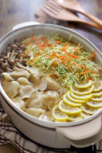 続いても水餃子鍋ですが、こちらはコンソメベースの洋風です。レモンをたっぷりとのせることで、よりさっぱりと頂くことができますよ。