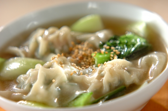 寒さが身に染みる季節におすすめなのが、生姜を使ったスープです。水餃子を入れることで食べごたえがアップ!身体が芯から温まります。余った水餃子を冷凍しておけばより手軽に作れるので、朝食にするのもおすすめです。