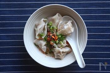具材には一味を、仕上げには食べるラー油を添えた、ピリ辛で温まるスープのレシピ。出汁や具材の干し椎茸の旨味も相まって、ほっこり温まる一皿です。
