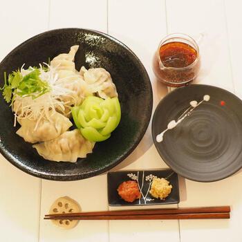 大葉入りの水餃子に、梅肉と生姜がきいたさっぱりタレをつけて頂きます。暑くて食欲がない時や、さっぱりとしたものが食べたい時におすすめのレシピです。