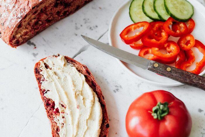 一日の中でも、ついないがしろにしてしまいがちな朝食。しかし、朝こそ活動に必要なエネルギーや栄養の補給が不可欠です。食べやすいものや気分が上がるような甘いものを取り入れて、暑い時季もしっかりと朝食を摂りましょう!