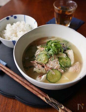 和食派なら、冷汁もおすすめ。ご飯に冷たい味噌汁をかける料理で、味噌と薬味の風味でさらさらと食べやすいですよ。こちらのレシピならアジの干物の代わりにサバ缶を使うので、火も使わずすぐに出来上がります。
