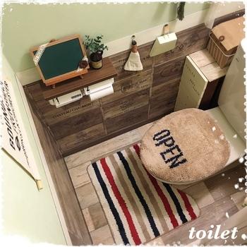 木目のリメイクシートで、落ち着いたナチュラルな雰囲気に。トイレの床は、汚れが目立ちにくいブラウン系が人気です。