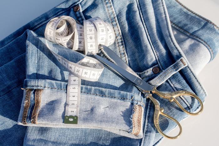 しかし、ジーンズには素材も形も種類が多いので、自分に合うものが分からない方も多いと思います。そんな時はその道のプロである店員さんに相談するのが効率的です。手持ちのパンツで欲しいジーンズのイメージに近いものがあれば、寸法を測っておくといい参考になりますよ。