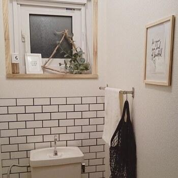 こちらでも100均のリメイクシートを活用しています。透けるタイプのシートなら元の白い壁を活かしながら、雰囲気を変えることができます。