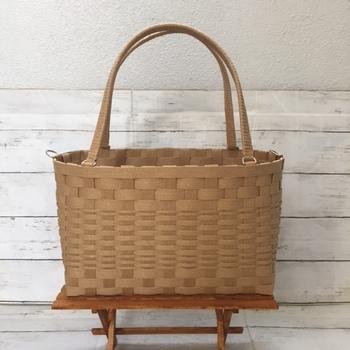 クラフトバンドは軽い素材ので、持ち手付きのかごバッグを作るのもおすすめ。使わないときは、お部屋の収納バスケットとして、ちょっとした小物などを入れておくのにも便利です。