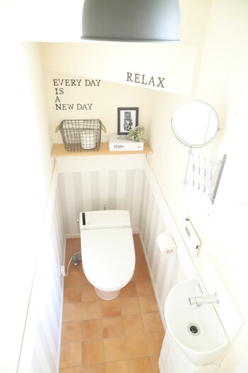 ペーパやタオルや消臭剤などトイレっぽいアイテムは生活環が出てしまう原因。シェルフを上手に使って、オシャレなインテリアと一緒に並べて見せる収納にしてみましょう。
