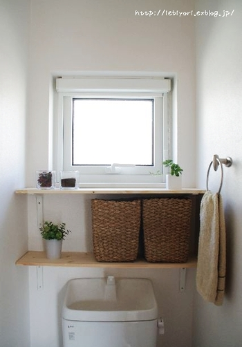 正面に取り付けた棚板に、ナチュラルなカゴを置いて実用性と、オブジェを飾るスペースを両立。