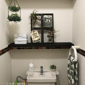 背面に作ってもいいですね。収納スペースが増えて使いやすくなりそうです。白い壁紙に映えるブラック!空間が引き締まります。