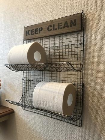 100均の焼き網で作るトイレットペーパーストッカー。棚やスペースの無いトイレにも便利ですね。