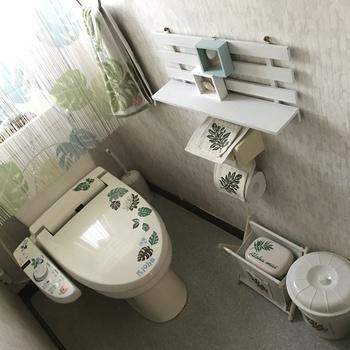 トイレ本体にステッカーを貼ってもOK。小物と柄をそろえることで、ナチュラル&ハワイアンな雰囲気のトイレに大変身!
