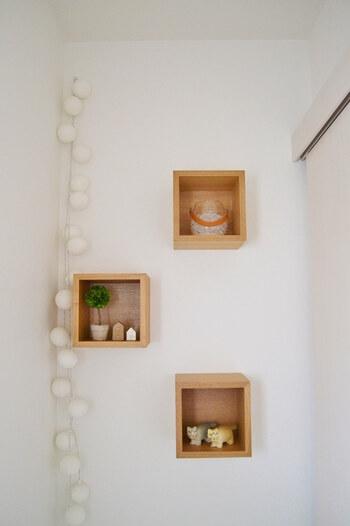 壁に付けられる家具を使えば、狭いスペースでも楽しめますね。最上段には、消臭剤を設置。ニオイ対策もばっちりです。