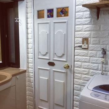 ステンドグラスを組み込んだトイレのドア。モールやドアノブもDIYでリメイクされています。壁と同じ白で統一されているから、ステンドグラスが映えますね。