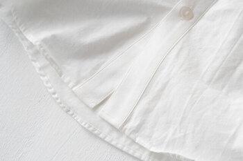 シャツは縫製によって、洗濯による型くずれやほつれが生じやすいため、購入時は裏側のステッチまでしっかり確認することが重要です。購入前に服の裏側まで確認して、表側と変わらないくらい丁寧に仕立てられているシャツを選びましょう。