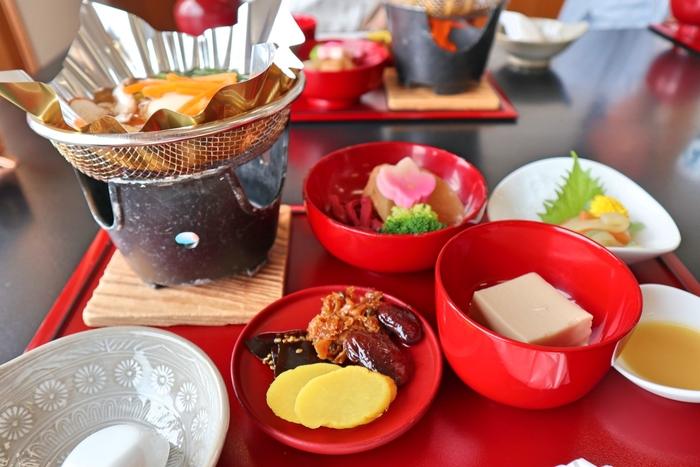 精進料理は、「殺生をしない、煩悩を避ける」など仏教の戒律に基づいて、自分自身を厳しく律している修行者たちが、必要最低限の栄養を摂取するために生まれた食事です。日本ではもちろん、中国や韓国などの仏教国では長い歴史の中で、それぞれの精進料理が発展してきました。