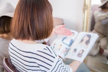 一番の原因は、美容師さんとのイメージの認識の差にあるかもしれません。なりたいスタイルの写真を見せるとで的確にイメージが伝わるので、写真が用意できるなら持って行きましょう。スマホのイメージ画像でも大丈夫です。