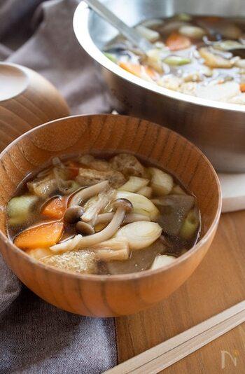 具沢山なけんちん汁。かつて鎌倉の建長寺で作られていたことからけんちん汁と呼ばれるようになったという説もあるようです。人参の赤、豆腐の白、しいたけの茶など目にも鮮やか。精進料理として作る際には、鰹など動物性のだしを避け昆布だしなどを用います。また、風味付けによく使われるネギや生姜も避けます。