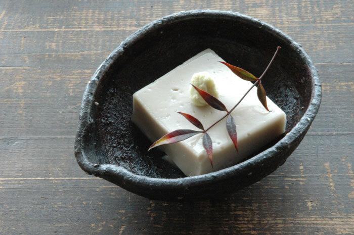 精進料理の中でも有名な胡麻豆腐。ゴマを丁寧に練り上げるのはとても大変な作業ですが、それも修行の一環だったのだそう。高野山のお土産としても人気ですよね。こちらのレシピではねりゴマを採用しているので滑らかな舌触りが自宅でも堪能できそう。