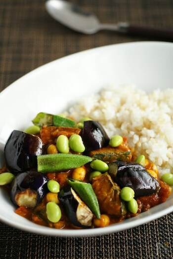 動物系の食材を使わず、野菜をたっぷり加えて作った精進カレー。堅苦しいイメージのある精進料理を、お試し気分で気軽に食べられるメニューにアレンジしています。夏野菜の味わいを存分に堪能してください。
