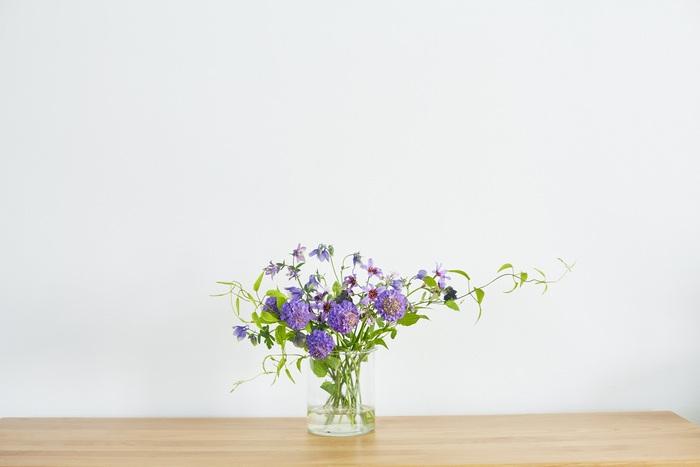 あとはバランスを見ながら同系色のお花と残ったグリーンをさしていきます。ポイントは全部同じ方向を向かないようにすること。どんな角度から見ても美しくなるように仕上げましょう。