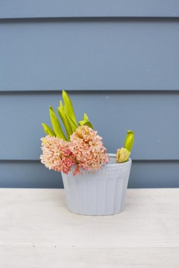 ヒヤシンスやチューリップなど茎がしっかりしているお花は、オーバル型の花瓶に傾けるように活けるのがおすすめ。存在感があるお花なので、花瓶に隙間が空いていても様になります。オーバル型の花瓶は色々なアレンジができて使いやすいので1つ持っておくと便利です。