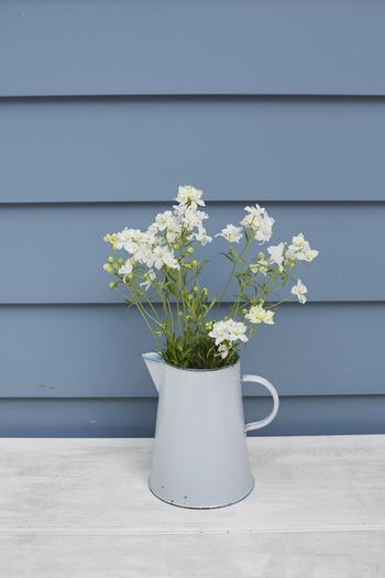 ヒマワリやラナンキュラスなどの背の高いお花は、花瓶も背の高いものを選びましょう。開口部が狭いものを選ぶと少量の花でもバランスよく見えるのでオススメです。
