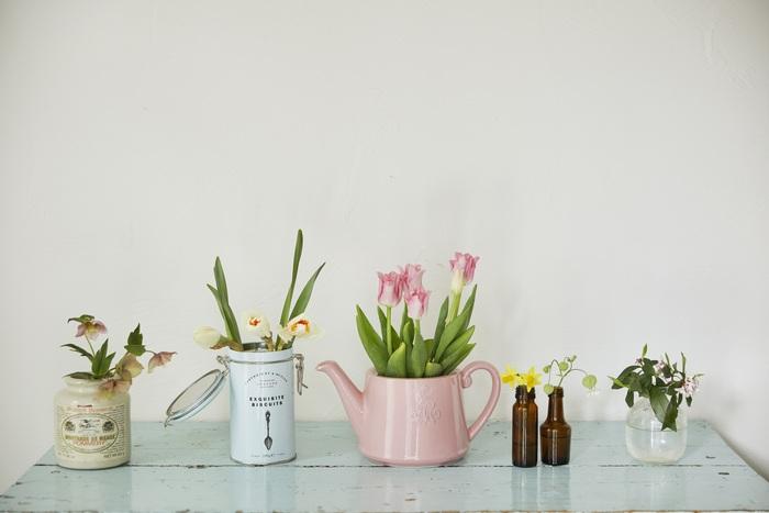 左からマスタードの瓶、クッキー缶、紅茶のポット、栄養ドリンクの空き瓶、ジュースの瓶を花瓶として使っています。どれも代用品とは思えないほどオシャレですよね♪お花の色や大きさとバランスがとれたものを選べば、お花を引き立てる花瓶として大活躍してくれます。