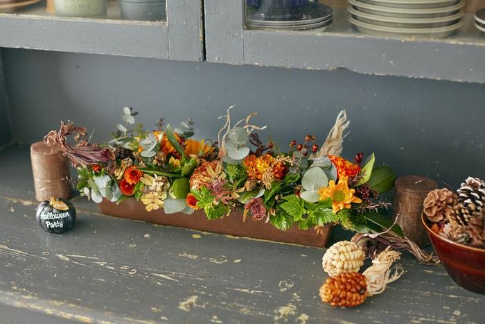 ハロウィンや紅葉など暖かみのある色が日常に増えてくる秋は、お花もオレンジ色を主役に。グリーンと茶色を使ってにぎやかに仕上げます。海外の収穫祭を思わせるアンデスコーンをポイントで置くと、ぐっと雰囲気が高まりますよ。
